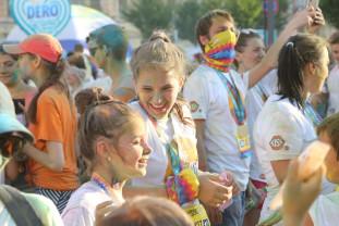 The Color Run, la a doua ediţie în oraşul Oradea - Peste 1000 de orădeni au umplut cerul de culoare