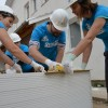 """Voluntari pe """"şantierul"""" Habitat din Oradea - Locuinţă pentru o mamă singură"""