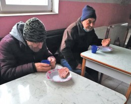 În Adăpostul de noapte - Oamenii străzii, feriți de gerul nopții