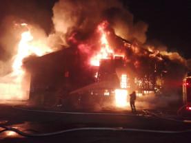 Un puternic incendiu a distrus hala agroalimentară din Piaţa Cetate