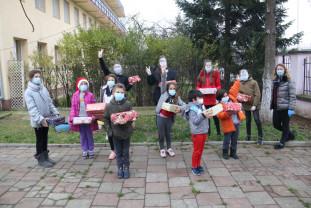 """Tinerii de la """"The Spot"""" fac fapte bune, în prag de Crăciun - Cadouri pentru 300 de nevoiași"""