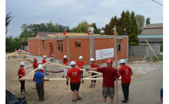 Peste 100 de voluntari implicați în ajutorarea unei familii din Borş - Casă Dragă Casă