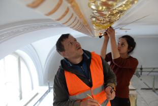 Lucrările de reabilitare din interiorul Primăriei Oradea -  Foiţe de aur pe ornamente