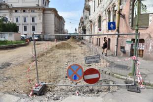 Şantierul din Piaţa Ferdinand provoacă daune riveranilor și turiștilor - Primăria trebuie să rezolve situația