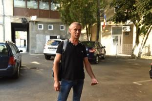 Un șofer al Serviciului de Ambulanță acuză magistrații că îi favorizează pe infractori - Protest în fața Tribunalului Bihor