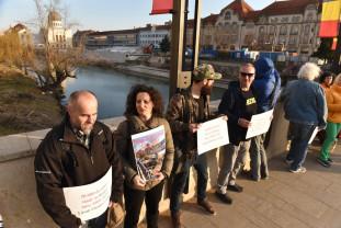 """O mână de ecologiști au scandat """"Stop defrișării Oradiei!"""" - Protest spontan în centrul oraşului"""