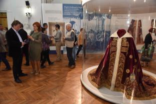 Expoziţia poate fi admirată până în data de 23 mai, inclusiv - Mantia, sceptrul şi coroana Regelui Ferdinand