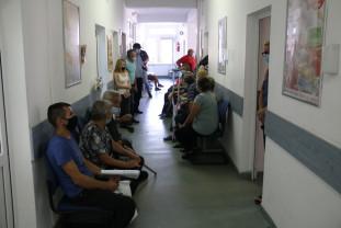 Pacienţii reclamă organizarea deficitară la Policlinica 1 din Oradea - Înghesuială ca la balamuc