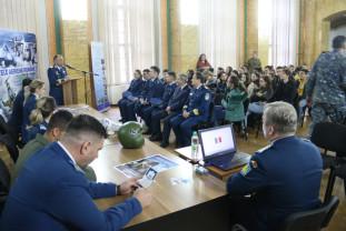 Reprezentanţii Forţelor Aeriene Române s-au întâlnit cu liceenii orădeni - Campanie de promovare a carierei militare