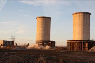 Prima explozie a clătinat turnul, dar nu l-a pus la pământ - Demolare cu peripeţii la CET II