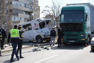 Accident rutier pe pasajul de peste Bulevardul Dacia – O autoutilitară OTL aruncată peste parapet