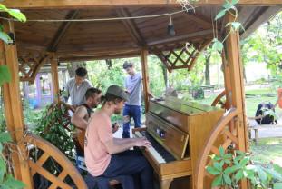 Bucurie pentru orădeni - Pianina a revenit în Parcul Libertății
