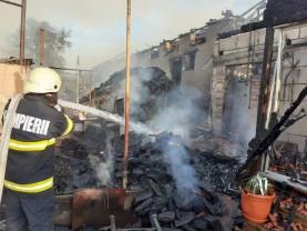 Incendiu violent la o gospodărie din Răbăgani - Pompierii s-au luptat șapte ore cu flăcările