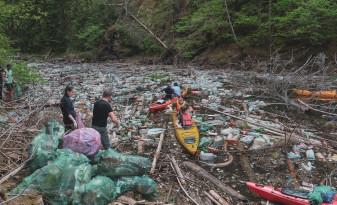 Unul dintre cele mai frumoase lacuri din Munţii Apuseni sufocat de gunoaie - Voluntarii au strâns tone de deşeuri