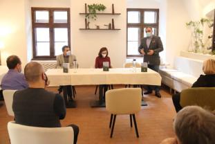 Cartea de debut a lui Radu Găină, lansată la Oradea - Povești, la un pahar cu vin