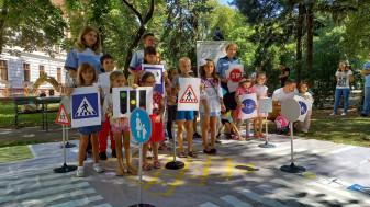 Mai sunt trei săptămâni până începe școala - Polițiștii îi învață pe micuți cum să se comporte în trafic