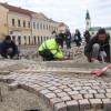 Lucrările din Piaţa Unirii - meşterii italieni fixează pavajul  - Evantaie din piatră cubică
