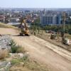 Continuă lucrările de consolidare la Dealul Ciuperca - Forează gropi pentru stâlpi