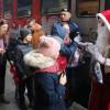 Moș Crăciun a sosit cu trenul - Bucurie pentru sute de copilași în Gara Oradea