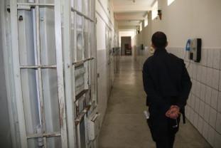 Un orădean a fost acostat în scara unui bloc - Arestați pentru tâlhărie calificată