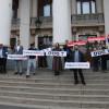 Au îndemnat la grevă generală -  Oradea Civică, protest pe scările Teatrului