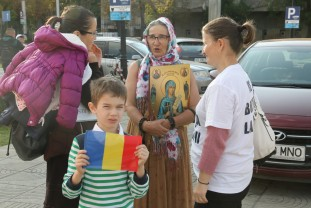 Măcar au fost puțini - Protest împotriva măștii, la Oradea
