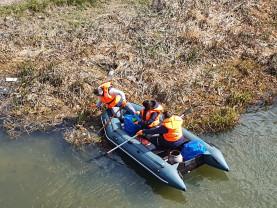 Angajații ABA Crișuri, acțiune pe Crișul Repede - La curățenie cu barca
