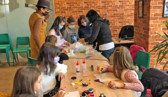Mărţişoare din obiecte reciclabile - Ateliere de creaţie pentru copii