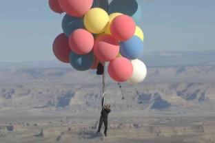 A zburat deasupra deşertului Arizona la 7.500 metri altitudine - Suspendat de baloane colorate