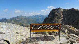 Bancă la peste 2.000 de metri, pe Vârful Călțun - Polemici pe reţele