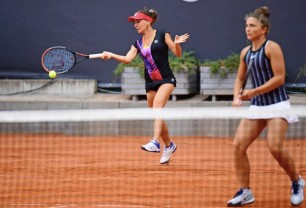 Irina Bara continuă la Budapesta - Eliminată la simplu, semifinalistă la dublu