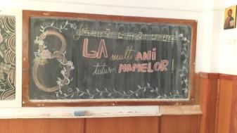 """La Liceul """"Lucian Blaga"""" - Cântece și citate pentru mame"""