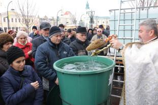 Preoţii au sfinţit mii de litri de apă de Bobotează - Botezul Domnului
