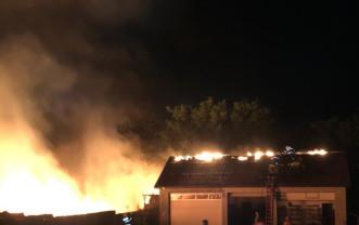 Incendiu la o casă și un service auto din Borș