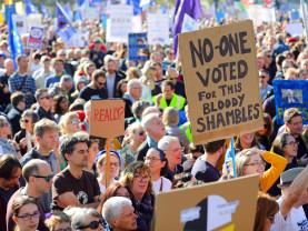 Sute de mii de oameni au mărşăluit pe străzile Londrei - Vor un nou referendum