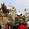 Sute de orădeni, copii şi adulţi au admirat exponatele - Carele alegorice au împodobit Piaţa Unirii