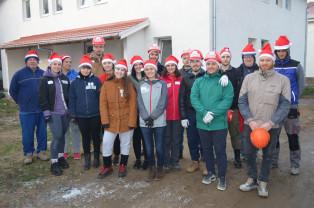 Angajaţii unei companii din Oradea, voluntari pe şantier - Ajutoarele lui Moş Nicolae construiesc case
