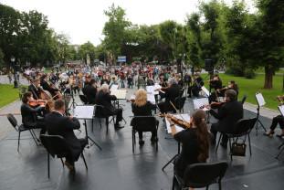 În curtea Palatului Baroc. Primul concert în aer liber - Artiști și spectatori cu măști