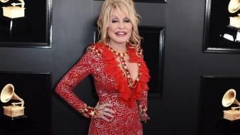 La 75 de ani - Dolly Parton vrea să pozeze Playboy