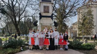 """""""Inimă"""" din tineri îmbrăcați în costume populare - Dragobetele, sărbătorit la Beiuş"""