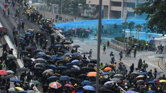 Confruntări violente la Hong Kong - Poliţia a folosit gaze lacrimogene