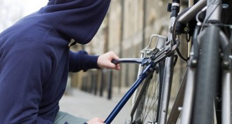 Doi orădeni au sustras cel puţin opt biciclete din scări de bloc sau spaţii publice - Hoţi de biciclete arestaţi