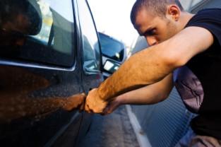 Suspecții au spart mai multe mașini și au furat inclusiv banii de pe cardul unui păgubit - Hoți din autoturisme reținuți