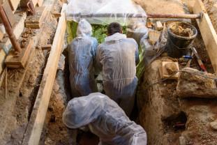 Patru sicrie din secolul al XVII-lea, într-o criptă - Descoperire arheologică la Huedin