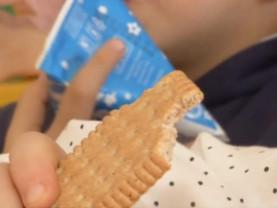 Lapte şi biscuiţi rămaşi nedistribuiţi - Redistribuirea produselor destinate elevilor