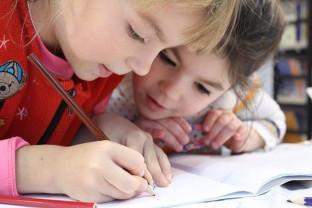 Extinderea învățământului obligatoriu la 15 ani generează probleme - Îngrămădesc copiii în clase