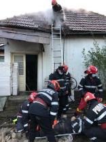 Un coș de fum s-a surpat, prăbușindu-se parțial peste un membru al echipajului - Pompier rănit în misiune