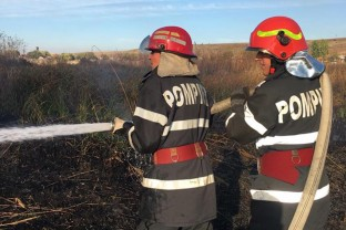 Pompierii în acţiune - Terenuri și combină agricolă în flăcări
