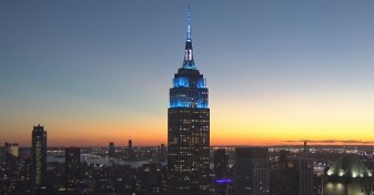 80 de ani de la naşterea lui John Lennon - Empire State Building, iluminată în albastru