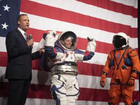 NASA a prezentat noile costume spațiale care vor fi purtate pe Lună - Parada costumelor selenare